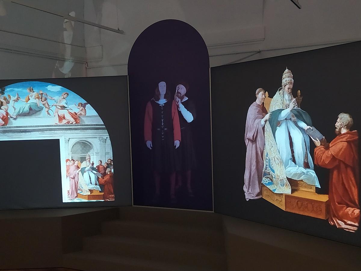 Introduzione alla mostra di due attori che rappresentano Raffaello e Colocci
